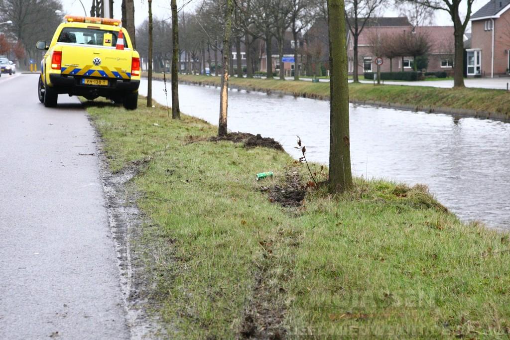 Personenauto met meerdere inzittenden te water aan de Hoofdweg in Bovensmilde