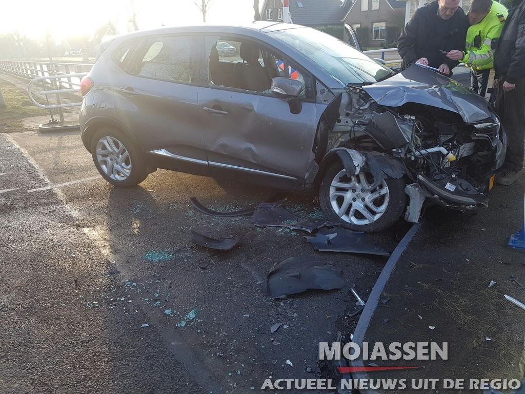 Personenauto geschept door trekker in Bovensmilde