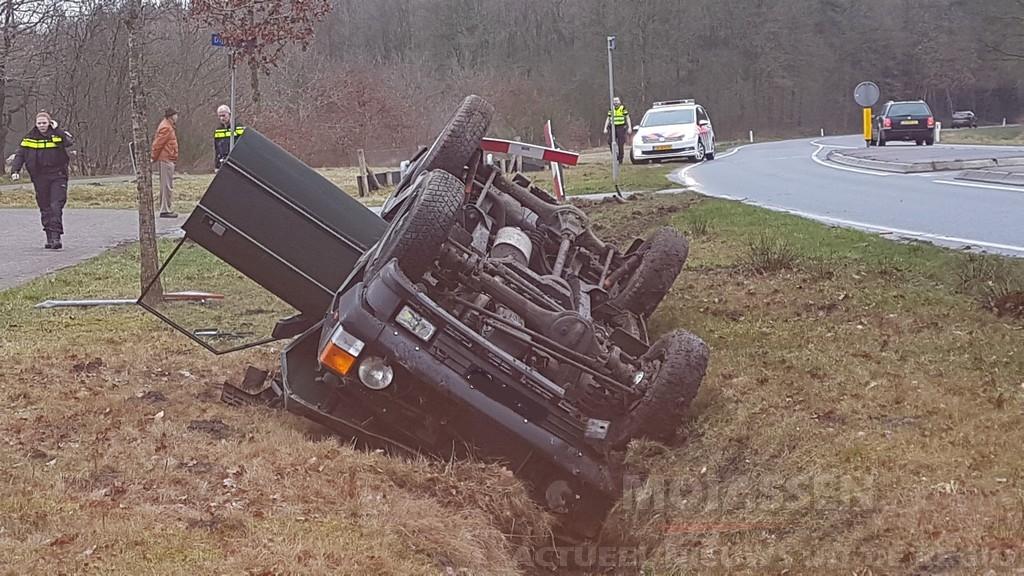 Auto belandt op de kop in de sloot, politie zoekt bestuurder