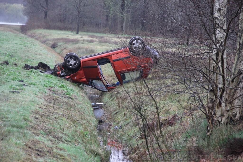 Auto eindigt op kop in greppel langs A28 na ongeval