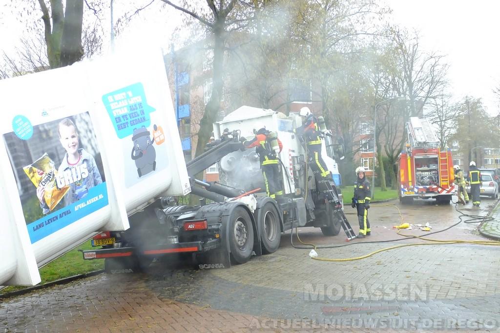 Brandende vuilniswagen aan de Mauritsstraat in Assen