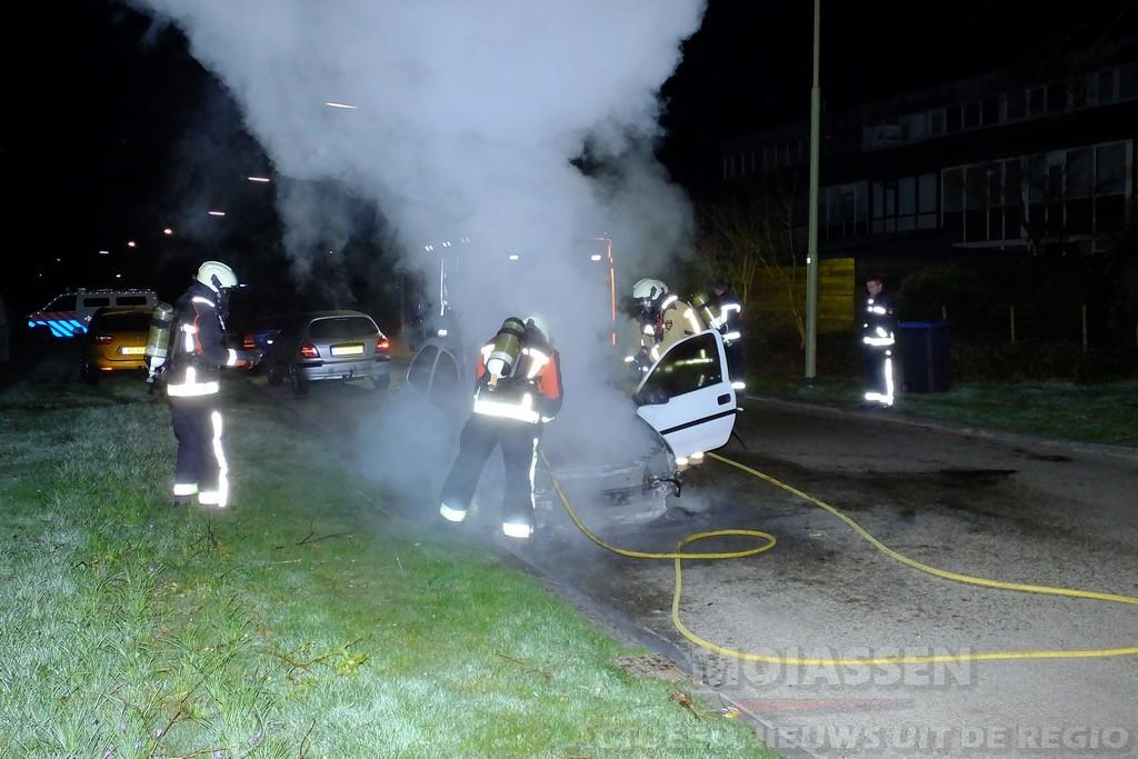 Auto uitgebrand op de Rijnstraat in Assen; politie vermoedt brandstichting