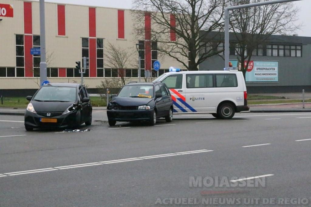 Personenauto's komen met elkaar in botsing in Assen
