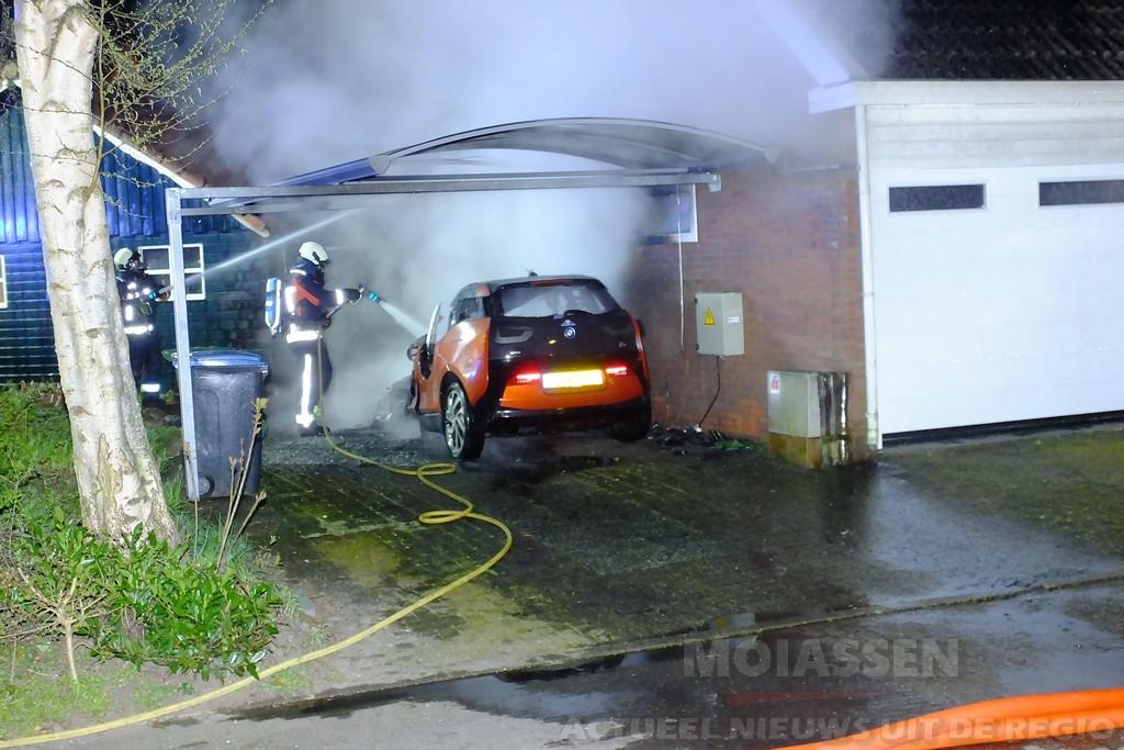 Auto en garage in brand in Assen