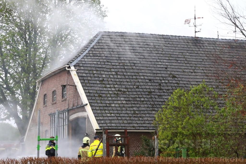 Tractor vat vlam in boerderij Odoornerveen