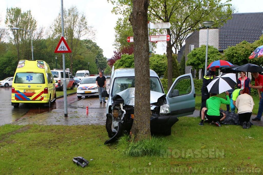 Vrouw gewond na botsing tegen boom Gieten
