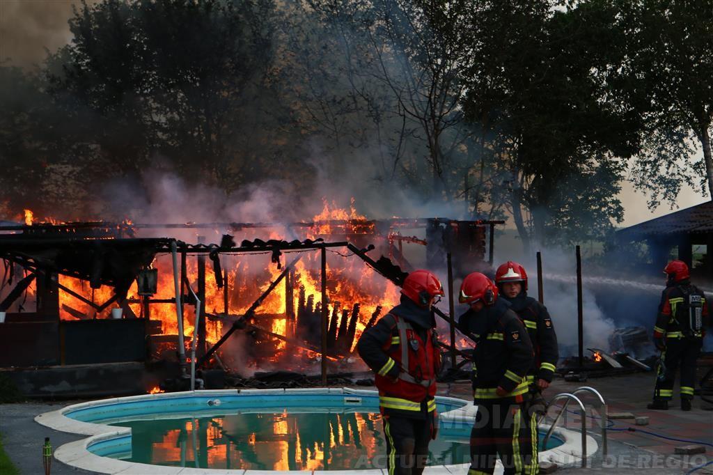 Schuur annex sauna in vlammen op Drouwenermond