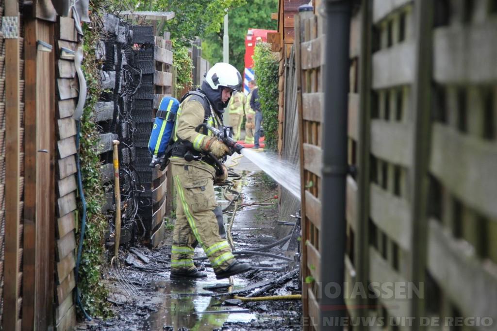 Twee schuurtjes branden af bij huis in Eelde