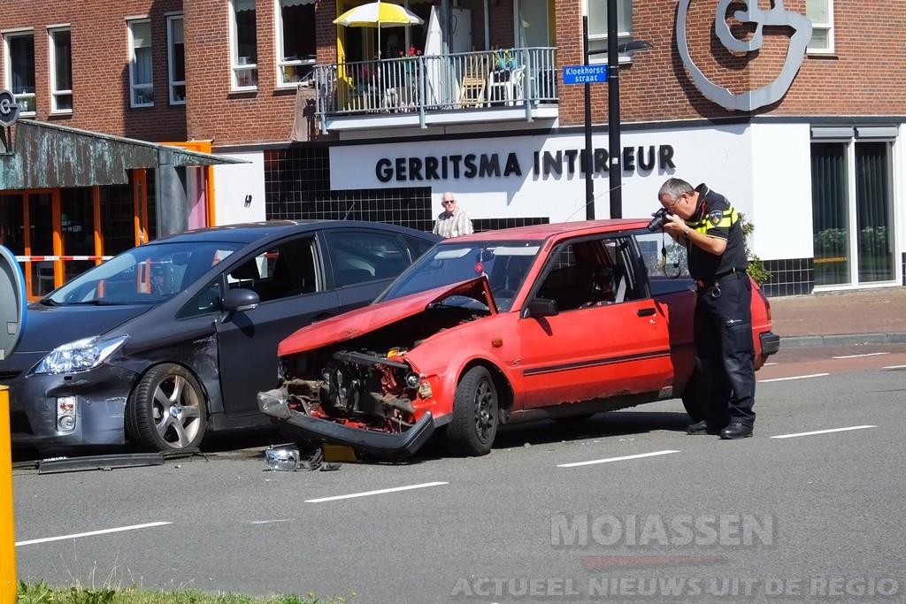 Frontale botsing tussen twee personenauto's in Assen