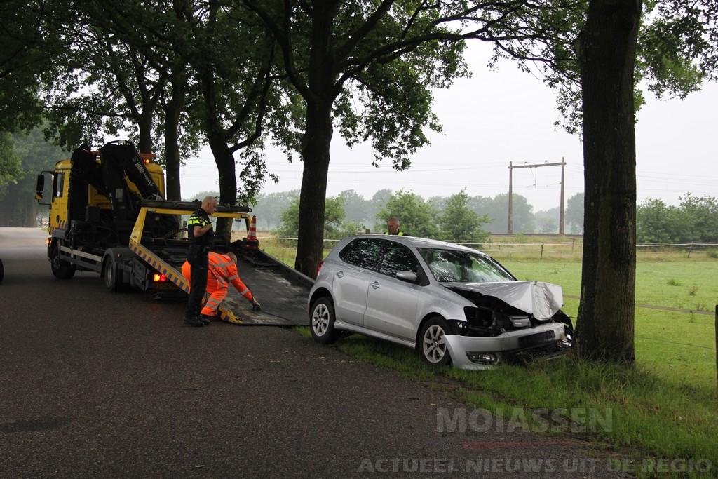 Auto tegen boom in Taarlo