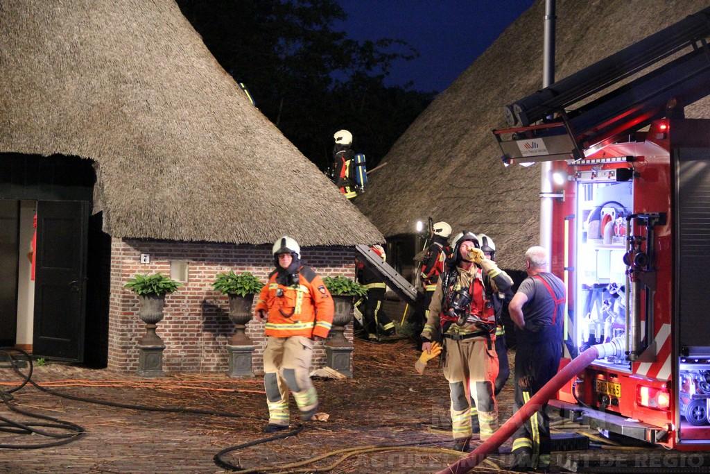 Brand in een rietgedekte woning aan de Hoek in Hijken