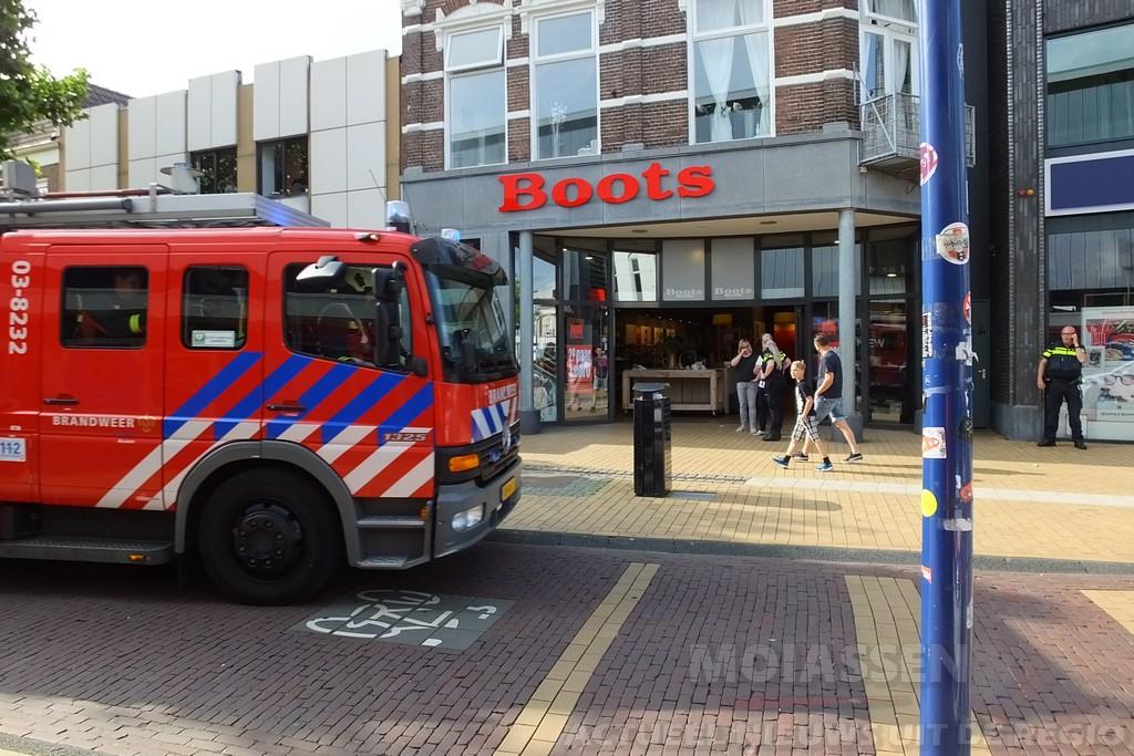 Brandweer ingezet in schoenenzaak Boots in Assen
