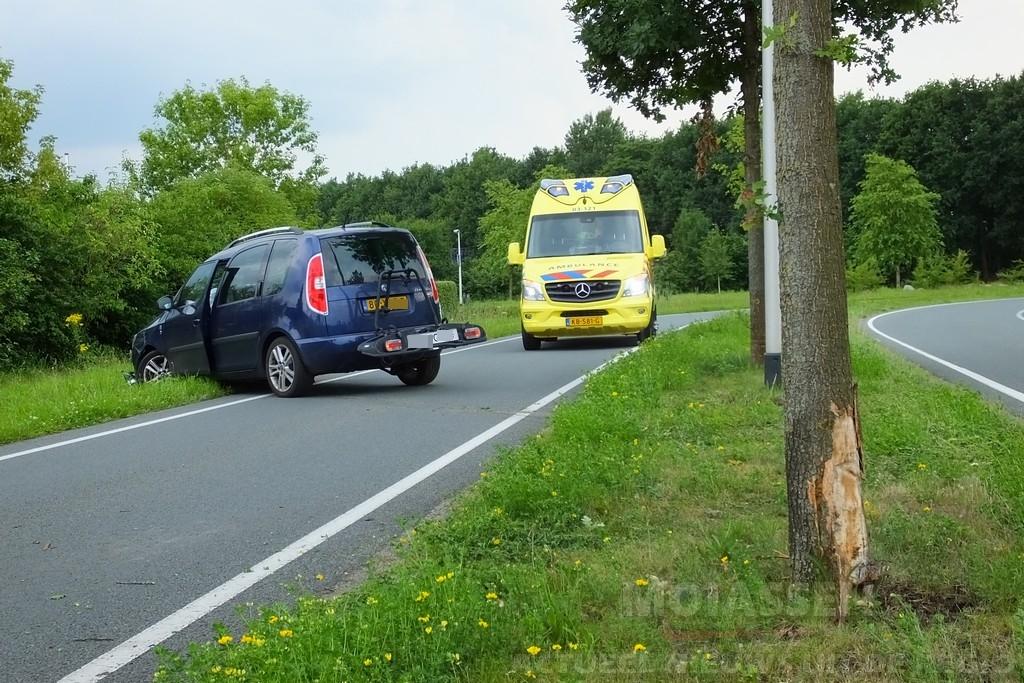 Personenauto botst tegen boompje op Maria Montessoriweg Assen