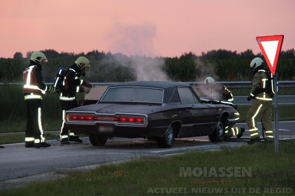 Oude Ford Thunderbird in brand op de A28 bij Assen