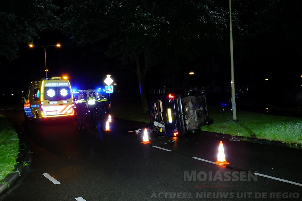 Auto raakt van de weg op Jan Palachweg in Assen