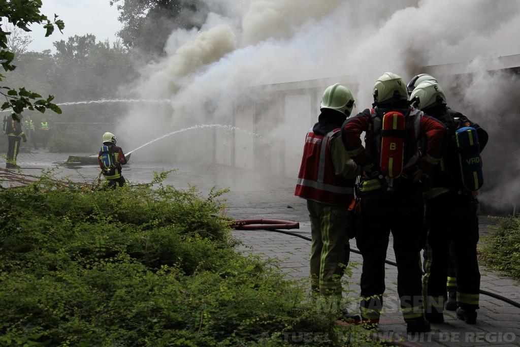Dertien garageboxen beschadigd bij brand aan de Maasstraat in Assen