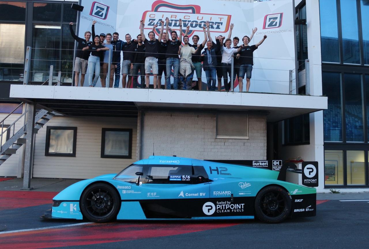Studenten TU Delft maken debuut met waterstofauto in de racewereld
