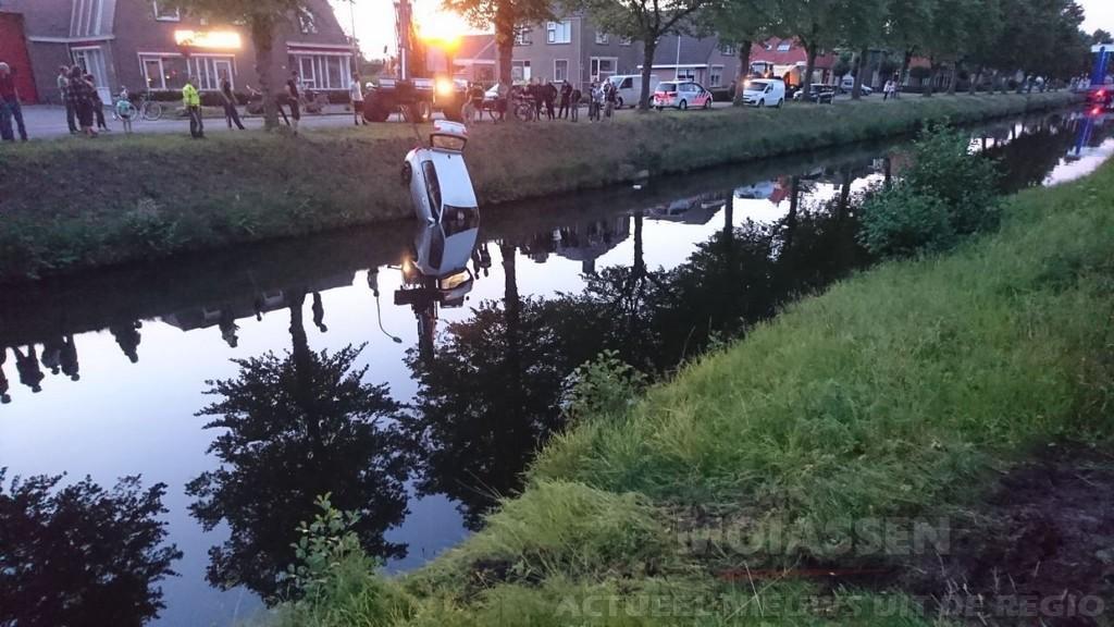 Auto rolt van oprit zo de Drentse Hoofdvaart in bij Smilde