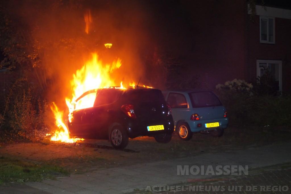 Geparkeerde auto door brand verwoest aan de Einsteinlaan in Assen