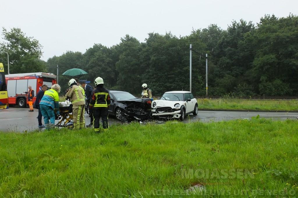 Twee auto's frontaal op elkaar gebotst aan de Dr. A.F. Philipsweg in Assen