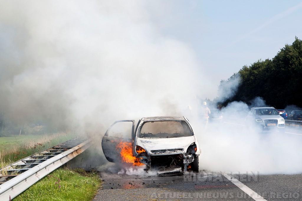 Autobrand op A28 bij Vries