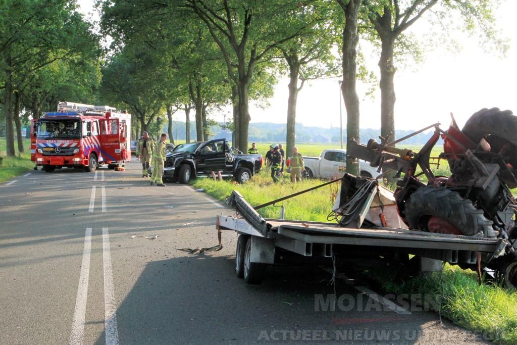 Auto verliest tractor bij ongeval op de Hunzeweg in De Groeve