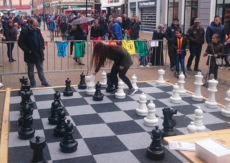 Reuzenschaak bij Vanderveen in Assen