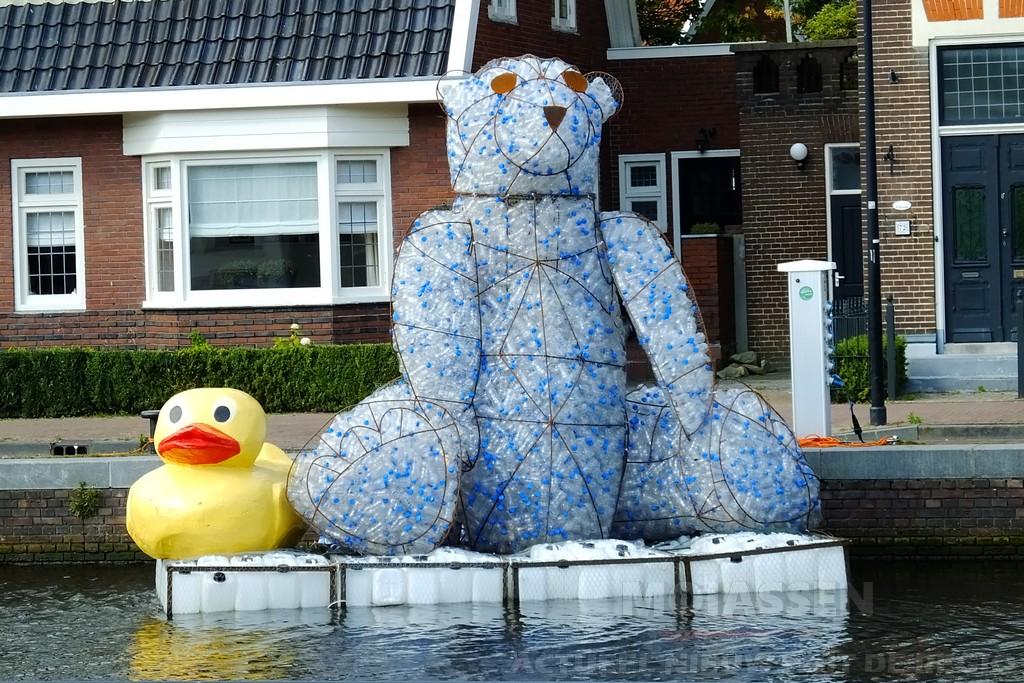 Grote plastic beer te water in de Vaart Assen
