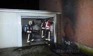 Brand verwoest bankje bij een flat en garagebox