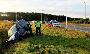 Auto belandt in sloot bij rotonde N34 Gieten