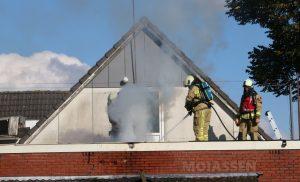 Dak van café De Driesprong in Gieterveen in brand