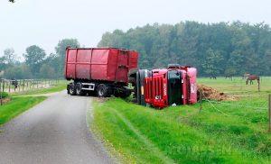 Truck met mest gekantelt bij Papenvoort (dr)