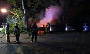 Brand verwoest auto aan het Salland in Assen