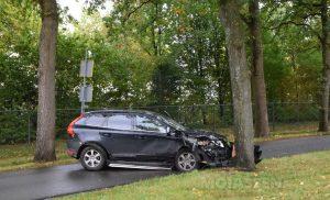 Personenauto knalt op boom op Witterstraat