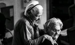 Grote groep vrijwilligers gaat ouderen in Assen in het zonnetje zetten