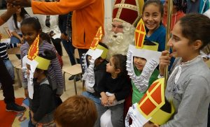 Sinterklaas is een held in Drentse AZC's!
