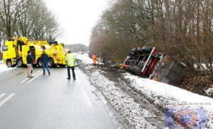 N387 Gasselte truck met oplegger in de sloot