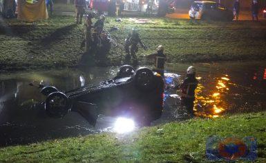 Automobilist belandt op de kop in het water in Assen