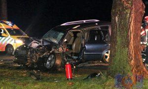 Auto knalt tegen boom in Buinerveen