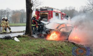 Auto vliegt in brand na botsing boom in De Punt