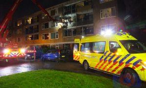 Brandweer helpt ambulancepersoneel met afhijsen van een patiënt uit flat
