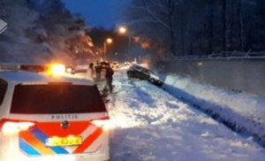 Auto glijdt van de weg in Hooghalen