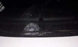 Zwaar vuurwerk onder ruitenwissers van politieauto