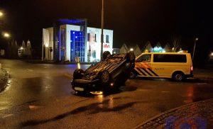Automobilist slaat met auto over kop op rotonde Buinerstraat in Borger