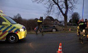 Auto rijdt tegen boom in Valthermond