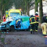 Auto knalt tegen boom op Nieuwe Diep