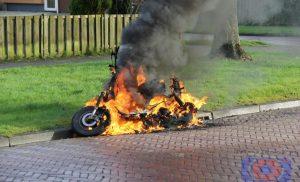 Bromfiets in brand bij kruising Obrechtlaan en Paganinilaan in de wijk Noorderpark Assen