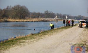 Man haalt door het ijs gezakte hond uit het water in Loon