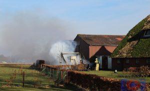 Brand bij rietgedekte boerderij snel onder controle in Hijken