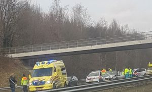 Auto's botsen na klapband vrachtwagen op A28 bij Beilen